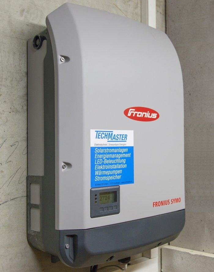 Der Wechselrichter von Fronius wandelt die Gleichspannung des Solarstroms in Wechselstrom um und sendet auf Wunsch die Daten für die Leistungsübersicht ins Internet. Der integrierte Datamanager, welcher auch den Stromverbrauch im Haus messen kann, steuert die Warmwasserwärmepumpe.