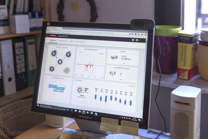 Echtzeit-Visualisierung des erzeugten Solarstroms, die über das Internet per Smartphone, PC und Tablet abrufbar ist