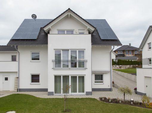 Photovoltaikanlage, Wärmepumpe je Wohneinheit und Stromspeicher in Empfingen
