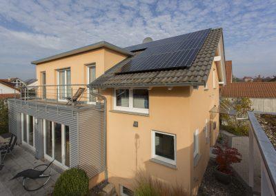 Photovoltaikanlage auf kleiner Dachfläche und Stromspeicher in Gomaringen