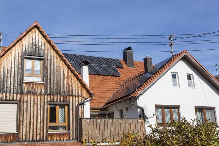 35 LG-Solarmodule auf drei Dachflächen