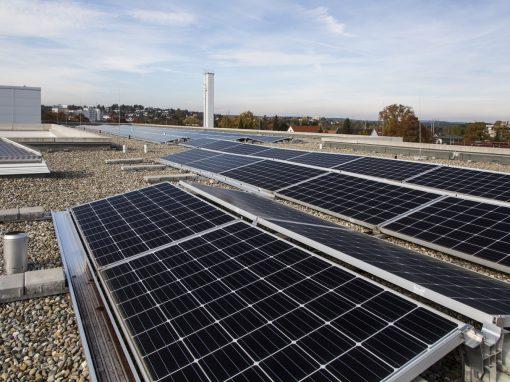 Photovoltaikanlage auf dem Flachdach des Zollernalb Klinikums Balingen