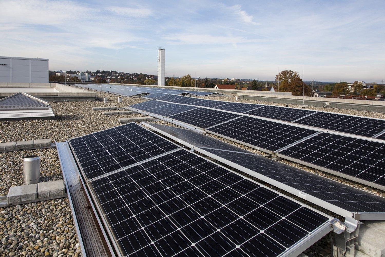 Photovoltaik-Anlage mit 190 Modulen in Ost-West-Aufständerung auf dem Zollernalb Klinikum Balingen