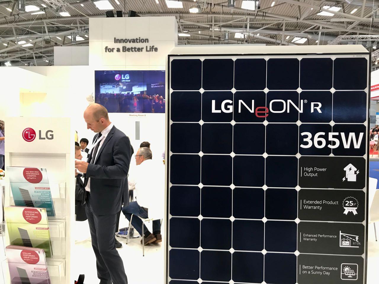 Das LG Neon R Solarmodul mit 365 Watt auf der Intersolar 2017