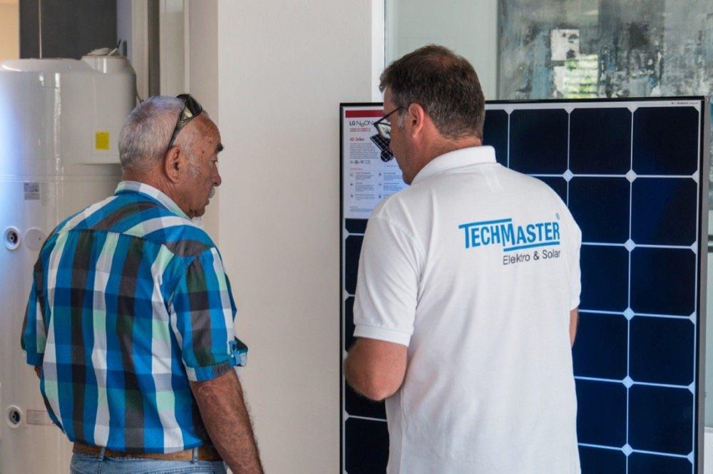 Beratung vor dem neuen LG Solarmodul Neon R mit 360 Watt beim Tag der offenen Tür in Hechingen
