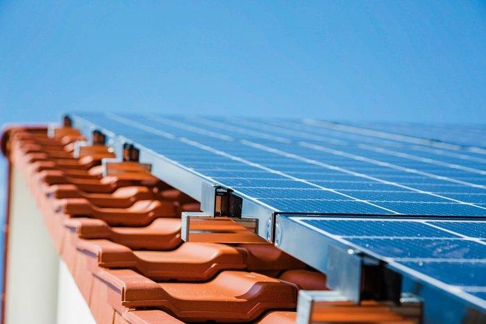 Photovoltaikanlage in Gomaringen mit LG-Modulen auf einem steilen Dach.